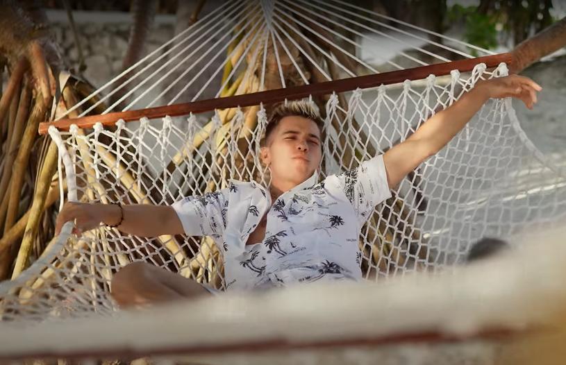 """2,6 mln odsłon w ciągu 17 godzin od premiery - takim wynikiem może pochwalić się teledysk """"Chill"""" Ekipy, którą tworzą popularni youtuberzy Friz, Poczciwy Krzych i Tromba."""