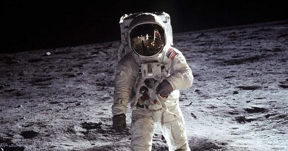"""Dziś obchodzimy Dzień Flagi Rzeczypospolitej Polskiej. Z tej okazji przypominamy niezwykłą """"podróż"""" Biało-Czerwonej. 20 lipca 1969 wraz z pierwszym człowiekiem na Księżycu wylądowała też niewielka flaga Polski. Teraz można ją podziwiać w Obserwatorium Astronomicznym w Olsztynie."""