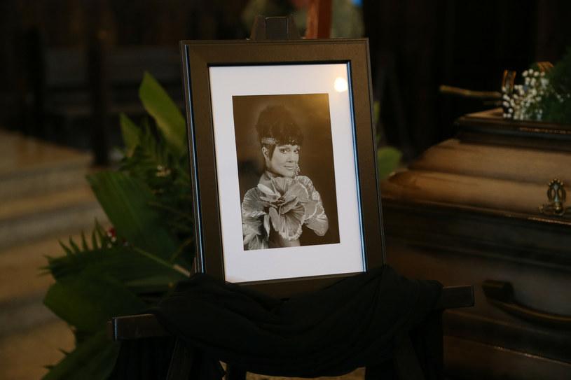 """""""To już dwa lata. Jak ten czas szybko leci, ale nie potrafi uleczyć ran i wypełnić pustki"""" - przypomniało w mediach społecznościowych Muzeum Tercetu Egzotycznego. 1 maja minęła 2. rocznica śmierci Izabeli Skrybant-Dziewiątkowskiej."""