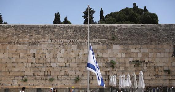 Niedziela jest w Izraelu dniem żałoby po śmierci 45 ultraortodoksyjnych Żydów, którzy zginęli w piątek stratowani po wybuchu paniki podczas święta religijnego na górze Meron na północy kraju. Flagi państwowe opuszczono w całym Izraelu do połowy masztów.