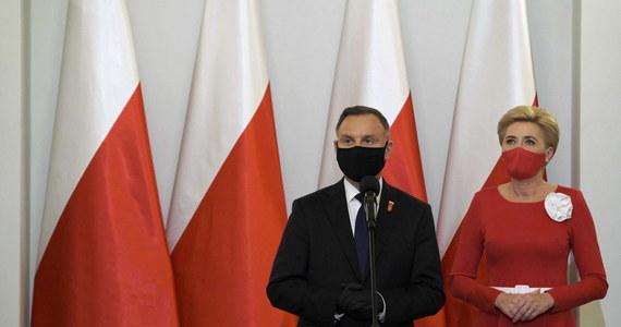 """""""Dzień Polonii i Polaków za Granicą ma wymiar szczególnej łączności, wielkiego związku, czegoś, co ja nazywam wspólnotą Polaków na całym świecie, wspólnotą myśli, mentalności i sposobu patrzenia na świat"""" - powiedział w niedzielę prezydent Andrzej Duda. """"Kiedy patrzmy na polskość na całym świecie, na relację pomiędzy tymi, którzy w Polsce nie mieszkają, a tymi którzy tu są, to ta relacja do Polski ma ogromne znaczenie"""" – dodał prezydent."""