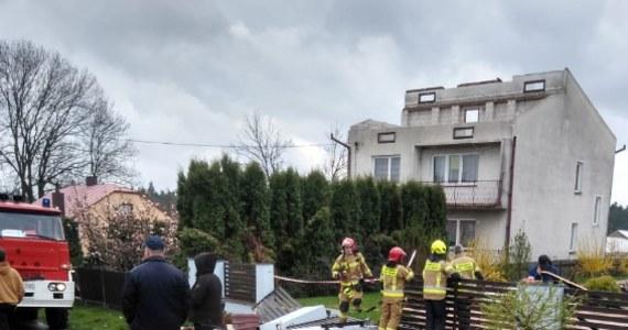 Blisko 700 razy interweniowali strażacy w związku z przechodzącymi nad Polską burzami i silnym wiatrem. Odnotowano kilkadziesiąt zgłoszeń dotyczących uszkodzeń budynków mieszkalnych i gospodarczych. Na skutek gwałtownej burzy w miejscowości Tereszpol-Zygmunty (Lubelskie) uszkodzonych zostało 10 budynków. Mieszkańcy zostali ewakuowani. Wiele pracy strażacy mieli także na Opolszczyźnie – wzywani byli głównie do połamanych konarów i gałęzi. W większości regionów obowiązują alerty związane z silnym wiatrem, którego porywy mogą wynieść do 90 km/h.