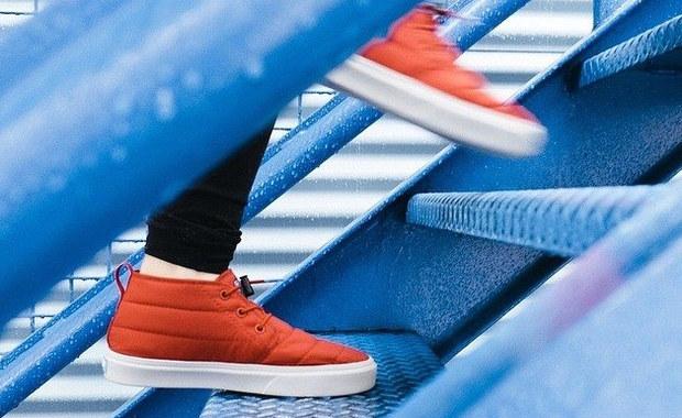Choć każda aktywność fizyczna, zwłaszcza regularna, poprawia naszą kondycję, neurolodzy szczególnie namawiają do wchodzenia po schodach. Dlaczego? To akurat ćwiczenie sprzyja powstawaniu nowych komórek nerwowych w mózgu.