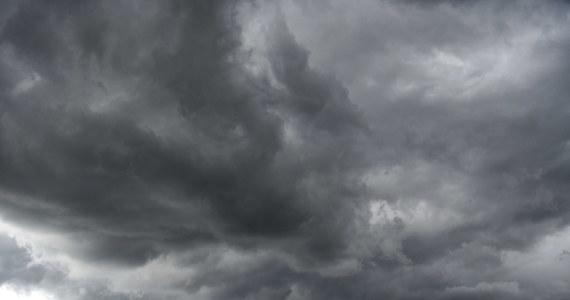 Ponad 1300 razy interweniowali strażacy w całym kraju w związku z przechodzącymi nad Polską w niedzielę burzami i silnym wiatrem. Najwięcej wyjazdów zanotowano w województwie dolnośląskim i lubelskim. Według informacji Rządowego Centrum Bezpieczeństwa, bez prądu pozostaje ponad 16 tys. odbiorców.