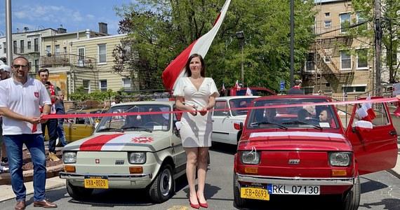 Kilkadziesiąt samochodów udekorowanych w biało-czerwone barwy przejechało ulicami Nowego Jorku. Wśród pojazdów były fiaty 126p, fiaty 125, polonezy, żuk, a nawet syrenka. Do tego inne auta, które trudno już zobaczyć na ulicach całego świata. Tak właśnie Polonia z Nowego świętowała Dzień Flagi oraz Dzień Polonii i Polaków za Granicą.