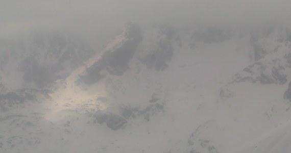 Ośnieżone tatrzańskie szczyty zobaczyli o poranku górale i turyści: w Tatrach spadł minionej nocy śnieg. Nad ranem odrobina białego puchu pojawiła się również w Zakopanem.