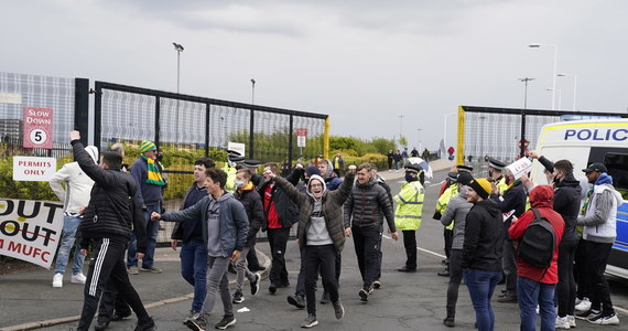 Manchester United zapowiedział współpracę z policją i własne kary dla agresywnych uczestników niedzielnych protestów przeciwko właścicielom klubu. Część kibiców wdarła się na stadion Old Trafford, przez co nie odbył się mecz piłkarskiej ekstraklasy z Liverpoolem.