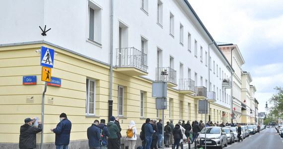 """Za nami trzeci dzień akcji """"Zaszczep się w majówkę"""". W jej ramach, w 16 miastach wojewódzkich pojawiły się mobilne punkty szczepień - namioty, ciężarówki i kontenery, w których można było zaszczepić się przeciw Covid-19 """"z marszu"""", bez wcześniejszych zapisów. Wystarczyło e-skierowanie. Inicjatywa cieszyła się tak dużą popularnością, że Białystok i Gorzów Wielkopolski zdecydowały o przedłużeniu działania mobilnych punków."""