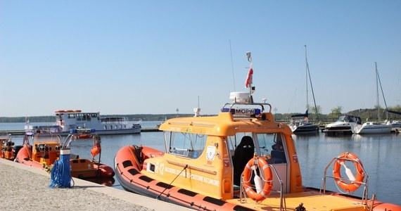 W poniedziałek na Szlaku Wielkich Jezior Mazurskich ratownicy MOPR pomagali załogom kilkunastu jachtów, które ugrzęzły w trzcinach lub na mieliźnie. Ratownicy udzielili pomocy medycznej dziecku, które przewróciło się na pokładzie i rozbiło głowę.