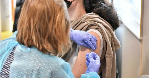 Po majówkowej akcji szczepień przeciwko Covid-19 zmarnować się może wiele tysięcy terminów szczepień: zablokowane zostały bowiem terminy przyznane już wcześniej tym osobom, które ostatecznie przyjęły w weekend w mobilnych punktach preparat Johnson & Johnson – więc na wyznaczonych im wcześniej wizytach się nie pojawią. Teraz muszą same odblokować te terminy – i to bezpośrednio w punkcie szczepień. Inaczej ich rezerwacje się zmarnują.