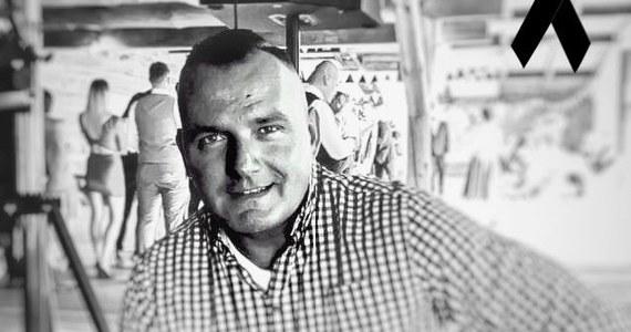 Policjant z Raciborza został śmiertelnie postrzelony podczas interwencji. Wiemy już, że był to 43-letni Michał Kędzierski. Komendant główny, szefowie komendy wojewódzkiej w Katowicach i raciborskiej policji oraz funkcjonariusze i pracownicy innych jednostek składają kondolencje rodzinie młodszego aspiranta.