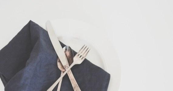 """Rada UE podjęła we wtorek decyzję o wpisaniu larwy chrząszcza mącznika młynarka (Tenebrio molitor) do katalogu produktów """"nowej żywności"""". Suszone żółte robaki mogą być wkrótce dostępne w sklepach w całości, bądź w postaci sproszkowanej, jako składnik makaronu, ciastek czy ekologicznych kotletów."""