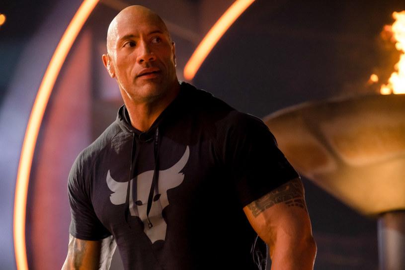 Mierzy 196 cm, waży 120 kg i ma muskulaturę jak gladiator - tak prezentuje się dzisiaj Dwayne Johnson. Tymczasem jeszcze w pierwszych latach podstawówki przyszły gwiazdor kina i wrestlingu był brany za dziewczynkę...