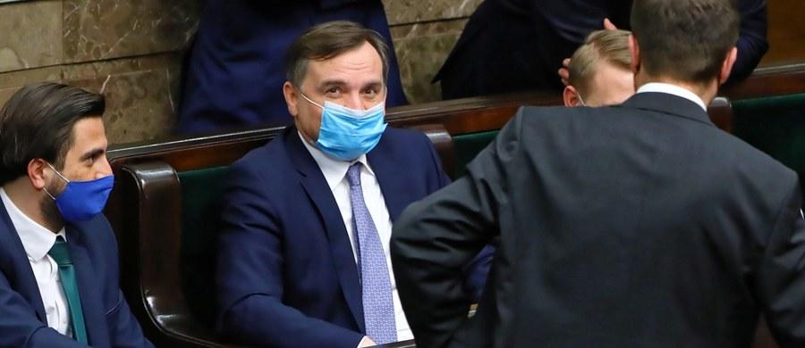 """""""Jako minister sprawiedliwości czułem się zobowiązany poinformować Sejm o zagrożeniach suwerenności, jak i innych, które kryją się długoterminowo za tymi decyzjami"""" - mówił minister sprawiedliwości i lider Solidarnej Polski Zbigniew Ziobro po głosowaniu nad projektem ustawy o ratyfikacji decyzji ws. zasobów własnych UE. """"Rodzi się pytanie, czy zablokowanie wystąpienia ministra konstytucyjnego w takiej debacie nie jest bardziej wymowne niż nawet moje 15-minutowe wystąpienie i czy nie mówi więcej o sile argumentów, które posiadamy, które dziś nie wybrzmiały na tej sali, ale myślę, że poprzez tę decyzję będą jeszcze mocniej zauważone"""" - dodał."""