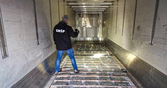Policjanci z Zarządu w Łodzi CBŚP wspólnie z funkcjonariuszami dolnośląskiej Krajowej Administracji Skarbowej przejęli 154 kg marihuany. Narkotyki warte ok. 4,5 mln zł zostały przemycone do Polski z Hiszpanii w transporcie z kalafiorami. Na razie aresztowano dwóch kierowców, którzy na zmianę prowadzili ciężarówkę oraz właściciela firmy.