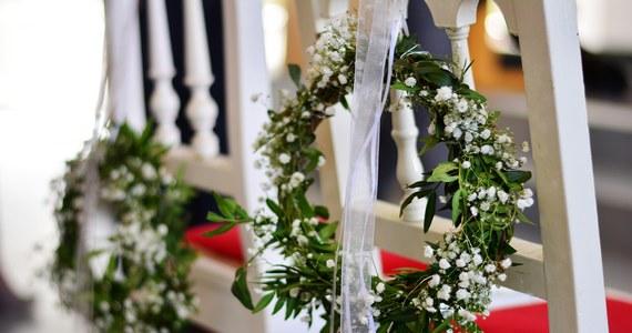 Osoby zaszczepione nie będą uwzględnianie w limicie gości na weselach - ustalili dziennikarze RMF FM. Dzięki temu młode pary będą mogły zaprosić na tę najważniejszą uroczystość więcej gości.