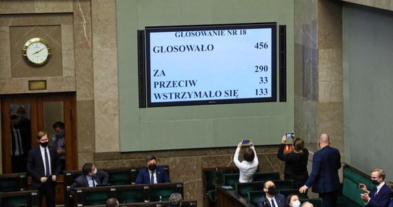 Senat może wprowadzić poprawki do przyjętej we wtorek  przez Sejm ratyfikacji Funduszu Odbudowy. Choć senatorowie PiS zwrócili się do Marszałka Senatu o wprowadzenie ustawy pod obrady na najbliższym posiedzeniu - Tomasz Grodzki - zapowiedział, że Konwent Seniorów zajmie się sprawą dopiero za tydzień.