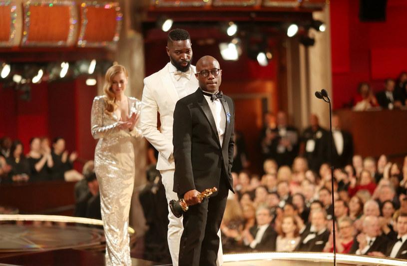 """Choć od niesławnej ceremonii rozdania Oscarów, podczas której statuetkę dla najlepszego filmu zdobył """"Moonlight"""", minęły już ponad cztery lata, nie milkną echa wpadki, jaka miała wtedy miejsce. Reżyser tej produkcji, Barry Jenkins, uważa, że fatalna pomyłka przy ogłaszaniu werdyktu sprawiła, że do """"Moonlight"""" przykleiła się łatka filmu, który wygrał tylko dlatego, że jest """"czarny"""". """"K***a, nie!"""" – nie zgadza się z tą opinią Jenkins."""
