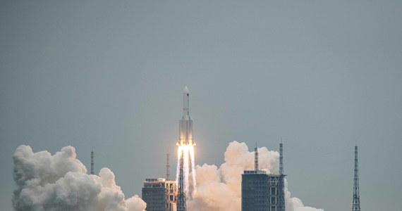 Fragment olbrzymiej rakiety Długi Marsz 5B, która wyniosła niedawno na orbitę moduł planowanej chińskiej stacji kosmicznej, może wkrótce wejść w ziemską atmosferę w sposób niekontrolowany. Nie wiadomo dokładnie, kiedy i gdzie to nastąpi – piszą media.