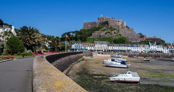 """Brytyjska marynarka wyśle dwie łodzie patrolowe na wyspę Jersey - dependencję Korony Brytyjskiej na kanale La Manche. Ma to być """"środek zapobiegawczy"""" w związku z groźbami Francji, że odetnie ona dostawy prądu lub zablokuje główny port wyspy."""