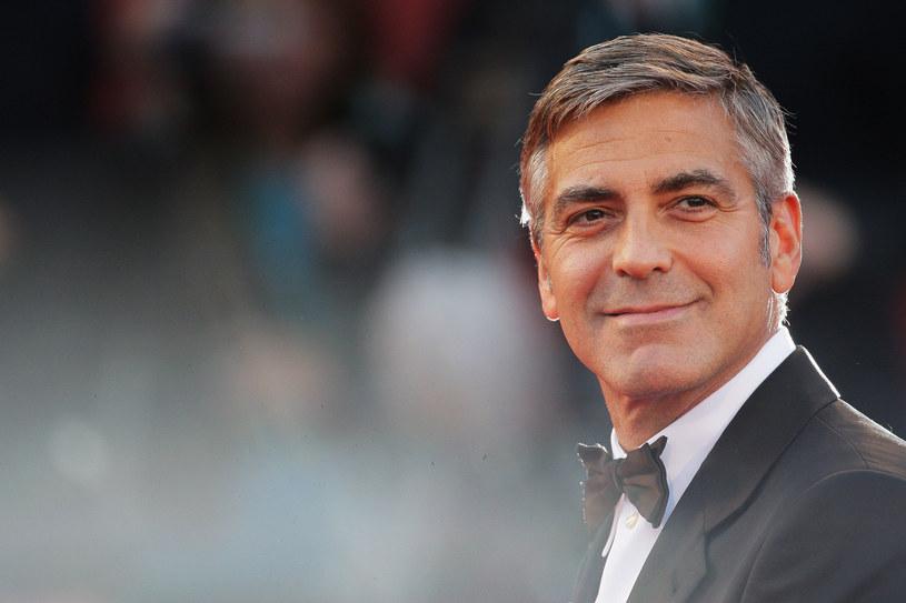 Zaczynał od pracy na plantacji tytoniu u swoich dziadków. Przyjaciołom, którzy pomogli mu na początku kariery, gdy klepał biedę w Los Angeles, dał w prezencie po milionie dolarów. Z żadną kobietą nie żył tak długo, jak ze swoją świnką wietnamską. Oto niektóre z ciekawostek na temat George'a Clooneya, które warto poznać w dniu jego 60. urodzin, które przypadają 6 maja.