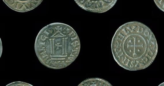 Ponad sto srebrnych denarów bitych w IX wieku przez władców z dynastii Karolingów odnaleziono w trakcie prac archeologicznych w okolicach Biskupca (Warmińsko-mazurskie). Według archeologów jest to pierwszy skarb denarów karolińskich odkryty na terenie Polski.
