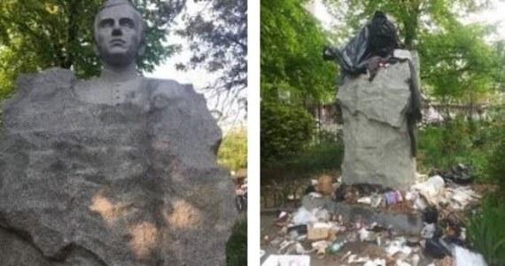 Nowojorska policja szuka sprawców, którzy obrzucili śmieciami pomnik księdza Jerzego Popiełuszki na Greenpoincie.