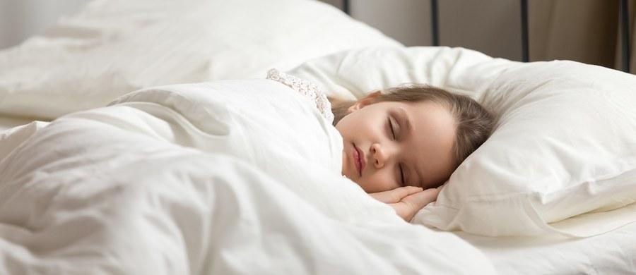 Zapewnij swojemu dziecku zdrowy sen. Oto kilka porad, na co zwrócić uwagę, w trakcie wybierania najlepszego materaca dla pociechy.