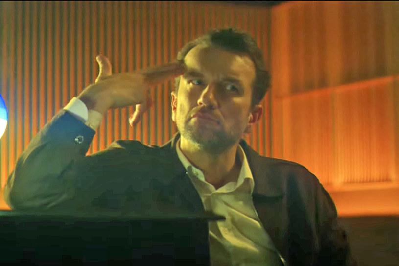 """Tomasz Kot zagrał brawurową rolę w teledysku do piosenki """"Kłamiesz"""" indie-popowego zespołu Martin Lange. Aktor przypomina w nim tańczącego Christophera Walkena z surrealistycznego klipu do utworu """"Weapon of Choice"""" Fatboy Slima. Ale poproszony o komentarz ograniczył się do kurtuazyjnych stwierdzeń."""