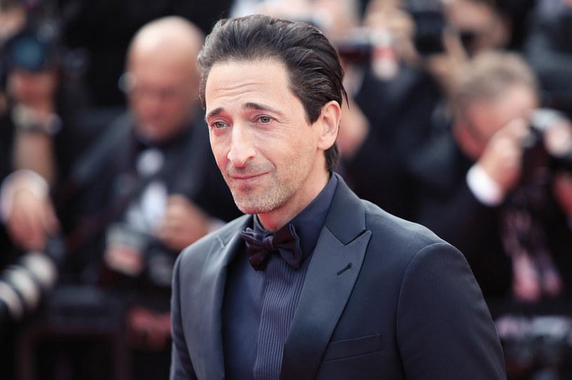 """Wydłuża się lista gwiazd, które wystąpią w trzeciej serii popularnego serialu HBO """"Sukcesja"""". Wcześniej informowano, że do obsady serialu dołączył Alexander Skarsgard (""""Czysta krew"""", """"Wielkie kłamstewka""""). Teraz portal """"Variety"""" donosi, że w nowym sezonie zobaczymy również Adriena Brody'ego, laureata Oscara za rolę w filmie """"Pianista"""" Romana Polańskiego."""