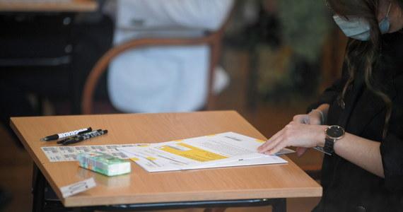 """""""Mam wielką nadzieję, że - jeśli doszło do przecieku - policji uda się odnaleźć odpowiedzialnych, którzy poniosą konsekwencje w pełnym wymiarze"""" - mówi szef Centralnej Komisji Egzaminacyjnej. Marcin Smolik wczoraj i dziś rano złożył na policji i w prokuraturze zawiadomienia w sprawie podejrzeń wycieków tematów matur z języka polskiego i matematyki."""