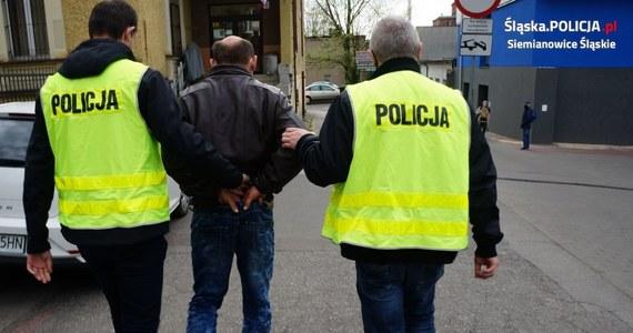 Policjanci z Siemianowic Śląskich zatrzymali 48-latka, który najpierw pobił, a po kilku godzinach zabił swoją matkę. Zadał jej kilka ran nożem w okolicy szyi. Do ciężko rannej 73-latki nie wezwał pogotowia, tylko księdza. To on zawiadomił policję.