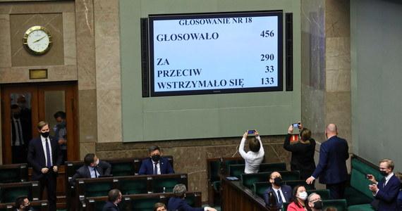 """Większość Polaków negatywnie ocenia decyzje ugrupowań, które we wtorek wstrzymały się lub zagłosowały przeciwko ratyfikacji decyzji o zwiększeniu zasobów własnych UE - wynika z najnowszego sondażu IBRiS dla """"Wydarzeń"""" Polsatu. Od ponad tygodnia sprawa budzi wiele dyskusji, głównie ze względu na poparcie przez Lewicę Krajowego Planu Odbudowy."""