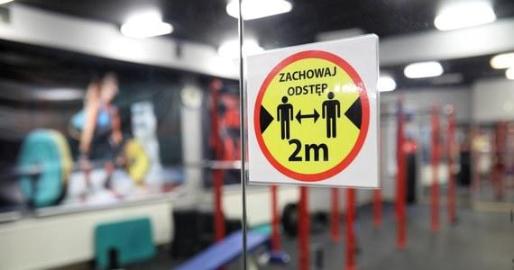Od 29 maja przywrócona ma zostać działalność klubów fitness i siłowni, a także basenów - wynika z opublikowanego w czwartek wieczorem rozporządzenia Rady Ministrów. Będą obowiązywały limity osób. Jedna osoba na 15 mkw powierzchni.