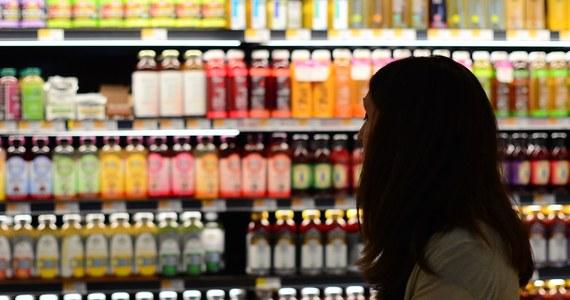 Stołeczna policjantka, podejrzana o przeklejenie metek z cenami na towarach kupowanych w jednym z supermarketów, zatrzymana przez ochronę przy kasach samoobsługowych. Jak dowiedział się reporter RMF FM, już została zawieszona i wszczęto wobec niej postępowanie dyscyplinarne.