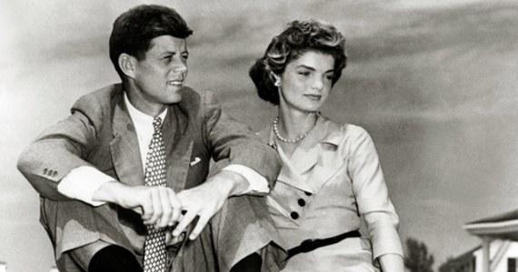 """Na aukcji w Bostonie idą pod młotek listy prezydenta Johna F. Kennedy'ego, pisane do szwedzkiej kochanki. """"Spędziłem z Tobą cudowny czas zeszłego lata. To jasne wspomnienie w moim życiu – jesteś cudowna i tęsknię za Tobą"""" – tak między innymi pisał w swoich listach John F. Kennedy. Na aukcję w Bostonie trafiły cztery z nich. Ich licytacja w internecie potrwa do 12 maja. Szacuje się, że listy mogą zostać sprzedane za 30 tysięcy dolarów."""