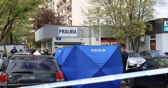 Makabryczne sceny przy ulicy Bora-Komorowskiego na warszawskim Gocławiu. Zakrwawiony mężczyzna zaatakował policjantów. Jak nieoficjalnie ustalili reporterzy RMF FM, wcześniej w tamtejszej pralni zamordował nożem innego mężczyznę.