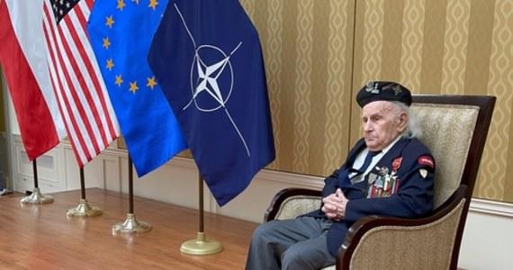 """W rezydencji ambasadora RP w Waszyngtonie, Piotra Wilczka odbyło się w piątek wręczenie aktu nominacji na stopień pułkownika weteranowi spod Monte Cassino, ppłk. Romualdowi Lipińskiemu. """"Jestem wzruszony"""" – powiedział naszemu korespondentowi Pawłowi Żuchowskiemu bohater spod Monte Cassino."""