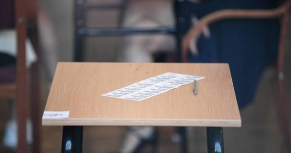 """""""Matura przebiega spokojnie, choć nie uniknęliśmy w tym roku jakiś drobnych incydentów"""" – powiedział minister edukacji i Nauki Przemysław Czarnek. Zapewnił, że sprawa ewentualnego przecieku maturalnego jest badana przez policję i że nie ma zagrożenia powtórzenia matury."""