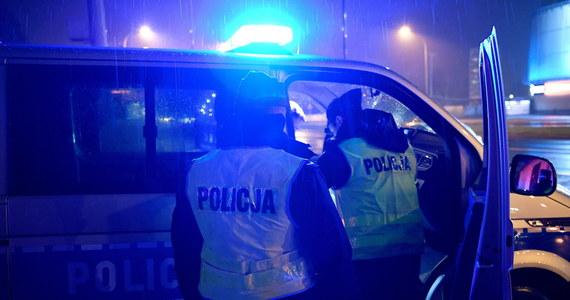 Policjanci kilka razy musieli strzelać podczas nocnego pościgu ulicami Częstochowy. Dwóch funkcjonariuszy zostało lekko rannych. 26-letni kierowca został zatrzymany.