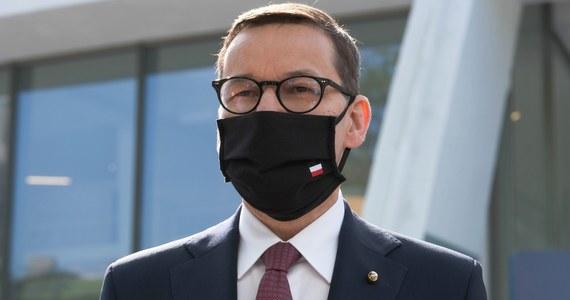 """""""Zdecydowanie opowiadałem się za tym, aby doszło do uwolnienia patentów, do uwspólnotowienia patentów, do wzmocnienia produkcji wszystkich szczepionek, które tylko mogą być w UE w bezpieczny sposób produkowane"""" – mówił w Porto premier Mateusz Morawiecki. Szef polskiego rządu uczestniczy w Portugalii w nieformalnym posiedzeniu Rady Europejskiej. Wcześniej reprezentował Polskę podczas Szczytu społecznego."""