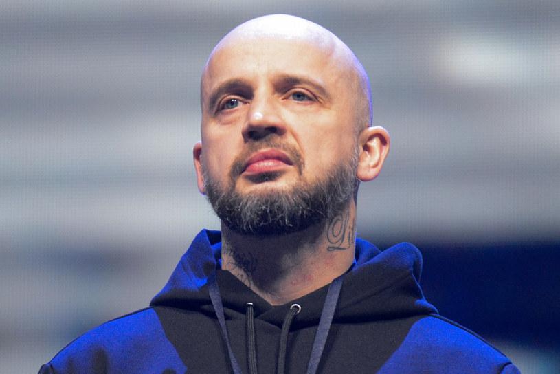 """Nowy singel Peji – """"Ricardo"""" – narobił sporo zamieszania. Wszystko ze względu na linijki wymierzone w Donatana. Za co oberwało się producentowi od poznańskiego rapera?"""