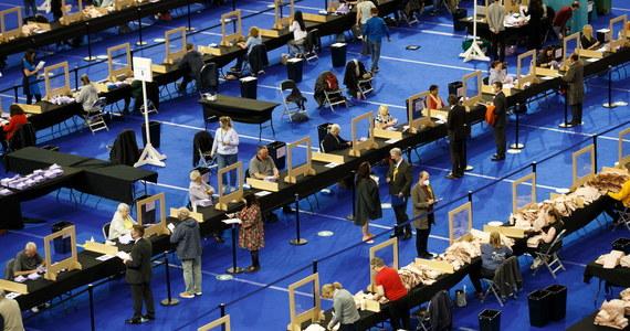 W Wielkiej Brytanii wciąż trwa liczenie głosów oddanych w czwartkowych wyborach - lokalnych w Anglii oraz do parlamentu Szkocji. Nadal niewiadoma jest najważniejsza obecnie kwestia - czy Szkocka Partia Narodowa (SNP) będzie miała bezwzględną większość.