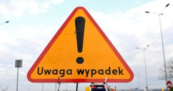Sześć osób zostało rannych w wypadku, do którego doszło na drodze krajowej nr 22 na wysokości Helenowa (woj. warmińsko-mazurskie). Trasa po wypadku była całkowicie zablokowana. Zorganizowano objazdy.