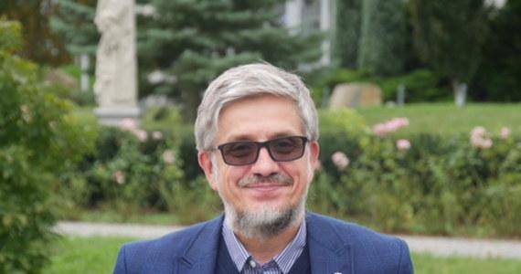 W Polsce, zgodnie z prawem, oferowane są pacjentom chorym na nieuleczalne choroby kosztowne, niepotwierdzone naukowo i potencjalnie ryzykowne terapie z pomocą tzw. komórek macierzystych - mówi RMF FM prof. Józef Dulak, kierownik Zakładu Biotechnologii Medycznej Wydziału Biochemii, Biofizyki i Biotechnologii Uniwersytetu Jagiellońskiego. Jest to ogólnoświatowy problem, w którym pojawiają się różnego rodzaju wątpliwości prawne i etyczne, związane z tym, że pacjentom oferowane są terapie, co do których skuteczności istnieją uzasadnione – zgłaszane przez międzynarodowe instytucje naukowe - wątpliwości. Tymczasem, terapie z wykorzystaniem konkretnych komórek macierzystych faktycznie pomagają tylko w kilku, bardzo precyzyjnie określonych sytuacjach.