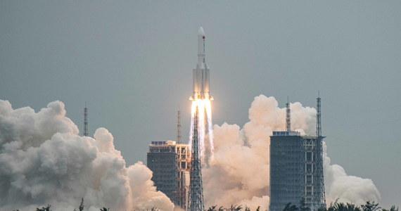 Według chińskich mediów państwowych pozostałości największej chińskiej rakiety wpadły w niedzielę do Oceanu Indyjskiego, a większość jej komponentów została zniszczona po ponownym wejściu do atmosfery ziemskiej.