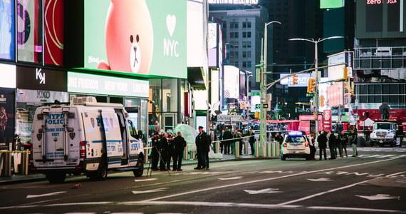 W Nowym Jorku na Times Square w sobotę doszło do bójki między kilkoma mężczyznami, która następnie przerodziła się w strzelaninę, w której ranni zostali przechodnie, dwie kobiety i czteroletnia dziewczynka.