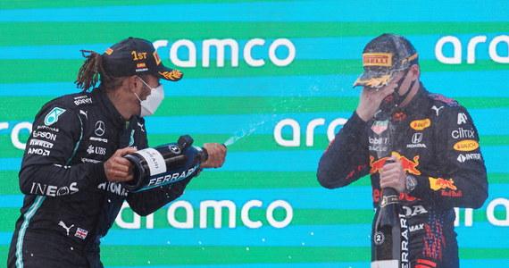 Brytyjczyk Lewis Hamilton (Mercedes) wygrał na torze w Barcelonie wyścig o Grand Prix Hiszpanii, 4. rundę mistrzostw świata Formuły 1. Siedmiokrotny triumfator cyklu umocnił się na prowadzeniu w klasyfikacji generalnej. Wicelider Max Verstappen (Red Bull) był drugi.