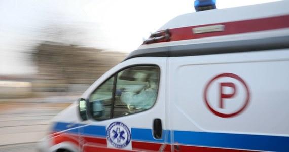Policja wyjaśnia okoliczności tragicznego wypadku w Wybudowaniach Dąbrowskich w gminie Karsin w woj. pomorskim. Ładowarka przejechała pięcioletnią dziewczynkę. Dziecka nie udało się uratować.