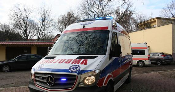 39-letni Wojciech O. odpowie przed sądem za spowodowanie wypadku ze skutkiem śmiertelnym. 31 października ub.r. w Broniszach wiózł karetką pogotowia pacjenta zakażonego covid-19 i zderzył się z samochodem osobowym. W zdarzeniu – do którego według prokuratury doszło z jego winy – zginęła jedna osoba.